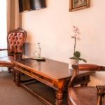 Alte Sessel im Doppelzimmer