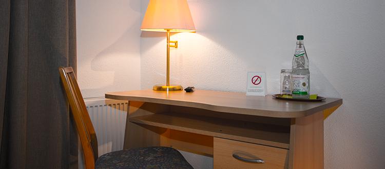 Schreibtisch im Doppelzimmer